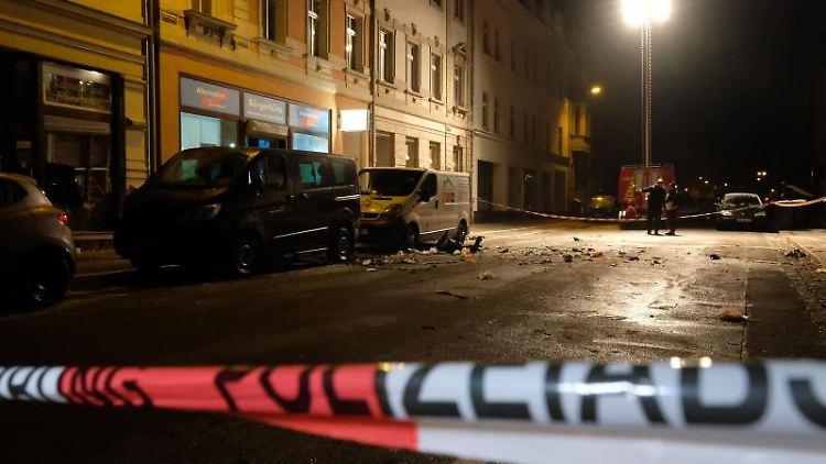 Die Bahnhofstraße in Höhe des Bürgerbüros der AfD nach einer Explosion abgesperrt. Foto: Sebastian Willnow/dpa-Zentralbild/dpa/Archivbild