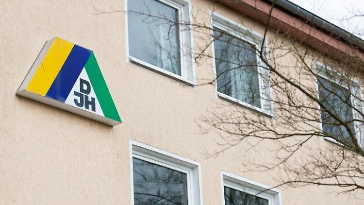 Blick auf das DJH-Logo an der Fassade einer Jugendherberge. Foto: Friso Gentsch/dpa