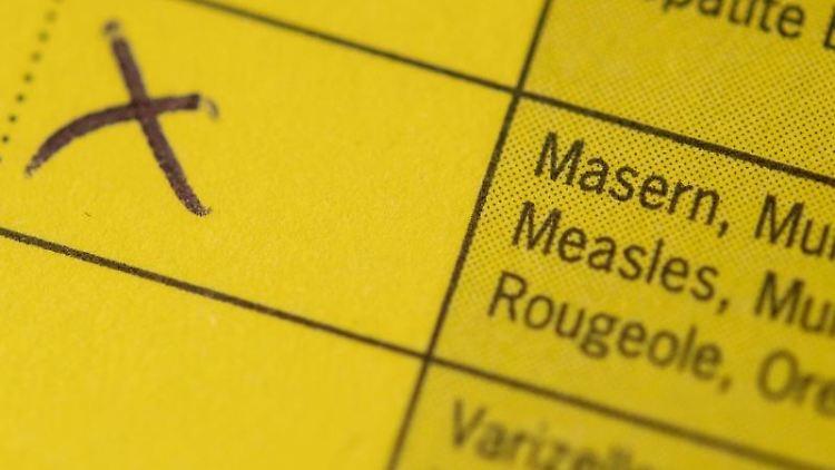Ein Impfpass liegt auf einem Tisch. Foto: Marius Becker/dpa/Archivbild