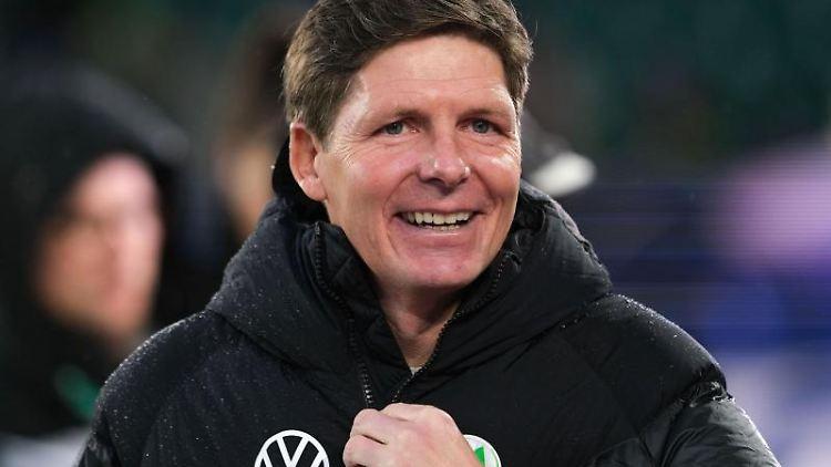 Wolfsburgs Trainer Oliver Glasner fasst sich an die Jacke. Foto: Peter Steffen/dpa/Archivbild