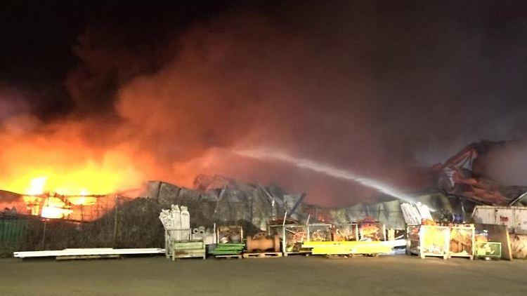 Die Feuerwehr Gelsenkirchen löscht einen Brand mit Wasser. Foto: TeleNewsNetwork/dpa