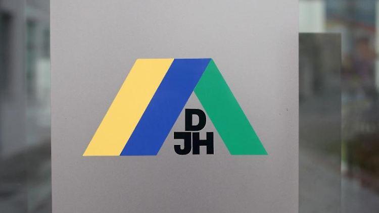 Das Markenzeichen der Deutschen Jugendherbergen. Foto: Jens Wolf/dpa-Zentralbild/dpa/Archivbild