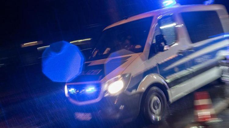 Ein Streifenwagen der Polizei fährt mit Blaulicht über eine Straße. Foto: Patrick Seeger/dpa/Archivbild