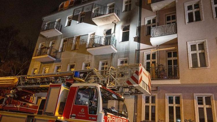 Ein Feuerwehrauto steht in der Lückstraße in Rummelsburg vor einem Haus, in dem es gebrannt hat. Foto: Christophe Gateau/dpa
