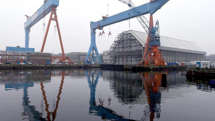 Blick auf die Werftanlagen von ThyssenKrupp Marine Systems (TKMS) an der Förde. Foto: Carsten Rehder/dpa/Archivbild