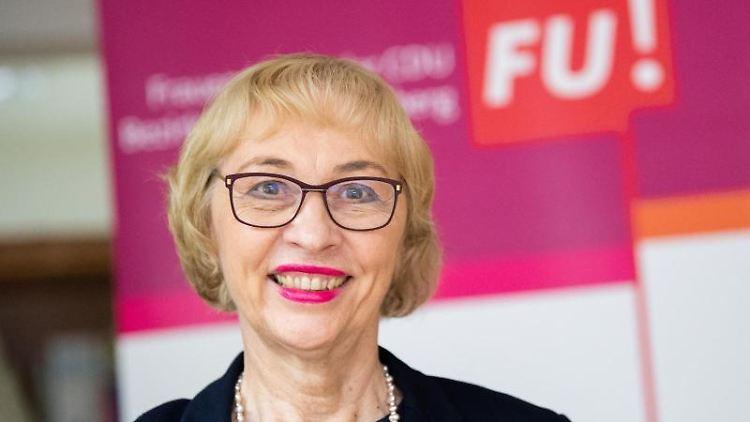 Susanne Wetterich, Vorsitzende der Frauen Union Baden-Württemberg steht vor dem Logo der Frauen Union. Foto: Tom Weller/dpa/Archivbild