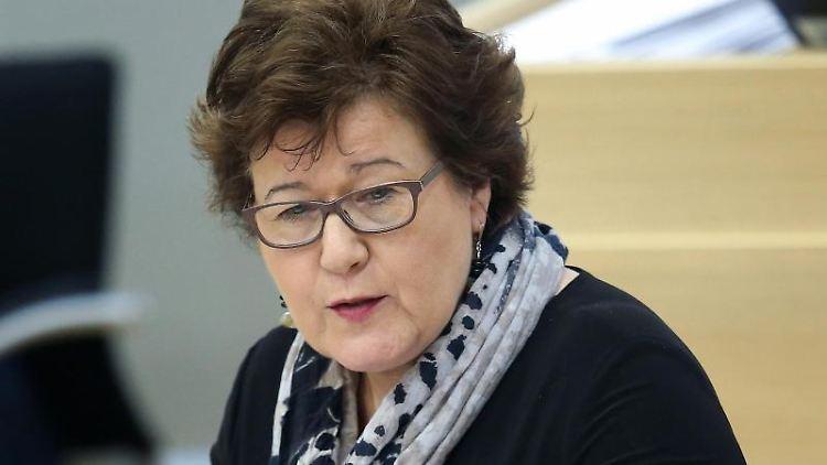 Petra Grimm-Benne (SPD), stellvertretende Ministerpräsidentin und Ministerin für Arbeit, Soziales und Integration von Sachsen-Anhalt, spricht im Landtag. Foto: Ronny Hartmann/dpa/Archivbild