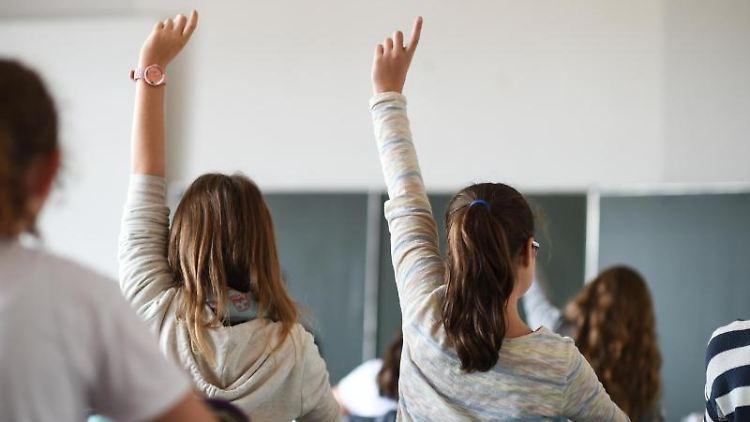 Schüler einer siebenten Klasse melden sich während des Deutschunterrichts in einem Gymnasium. Foto: Felix Kästle/dpa/Archivbild