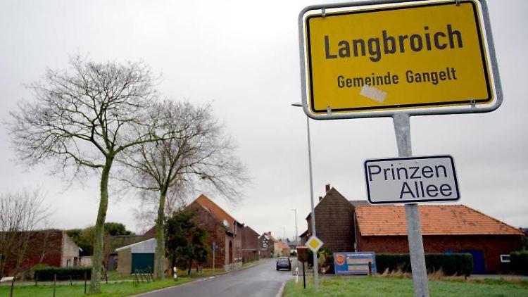 Das Ortsschild von Langbroich, einem Ortsteil der Gemeinde Gangelt, ist am Rand des Ortes zu sehen. Foto: Henning Kaiser/dpa