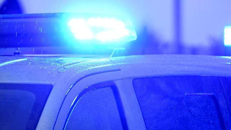 Ein Polizeiwagen steht mit eingeschaltetem Blaulicht. Foto: Carsten Rehder/dpa/Archivbild