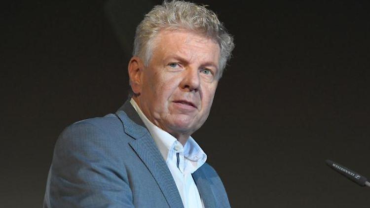 Der Oberbürgermeister von München Dieter Reiter steht auf einer Bühne. Foto: Felix Hörhager/dpa/Archivbild