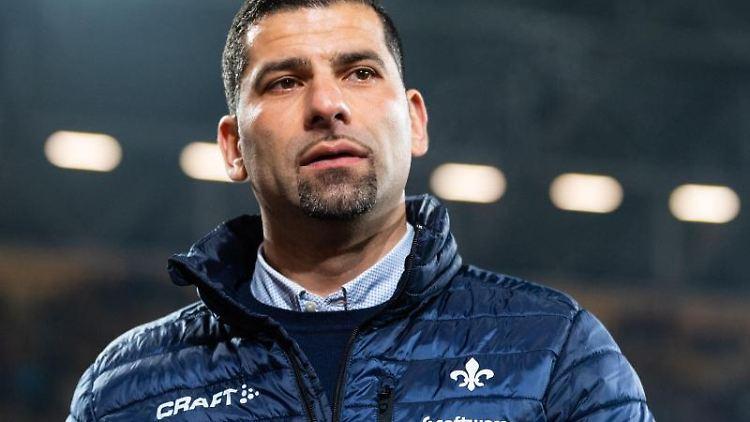 Darmstadts Trainer Dimitrios Grammozis steht vor Beginn des Spiels im Stadion. Foto: Robert Michael/dpa-Zentralbild/dpa/Archivbild