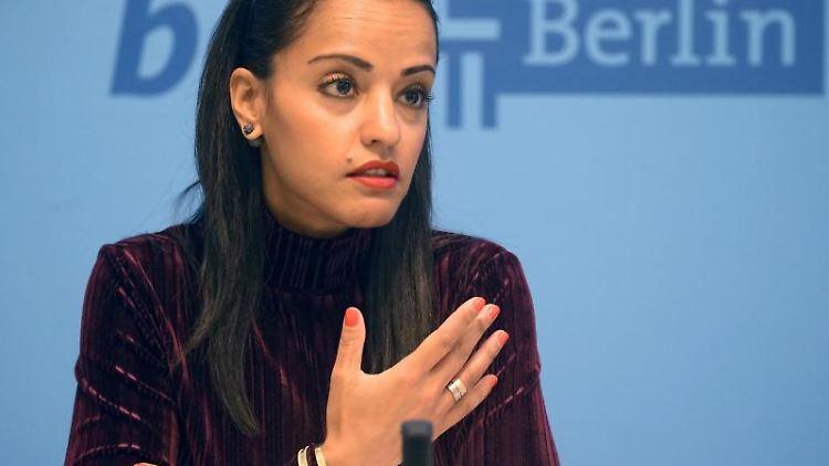 Sawsan Chebli, Staatssekretärin für bürgerschaftliches Engagement, spricht auf einer Pressekonferenz. Foto: Wolfgang Kumm/dpa