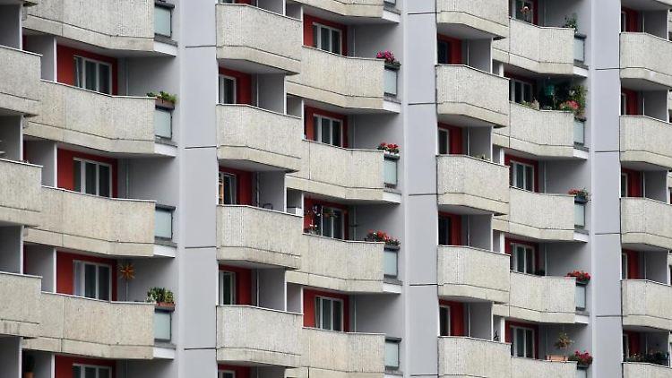 Blick auf die Fassade eines Wohnhauses. Foto: Britta Pedersen/dpa-Zentralbild/dpa/Archivbild