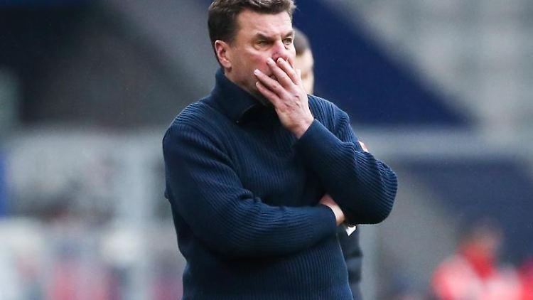 Hamburgs Trainer Dieter Hecking steht am Spielfeldrand. Foto: Christian Charisius/dpa/Archivbild