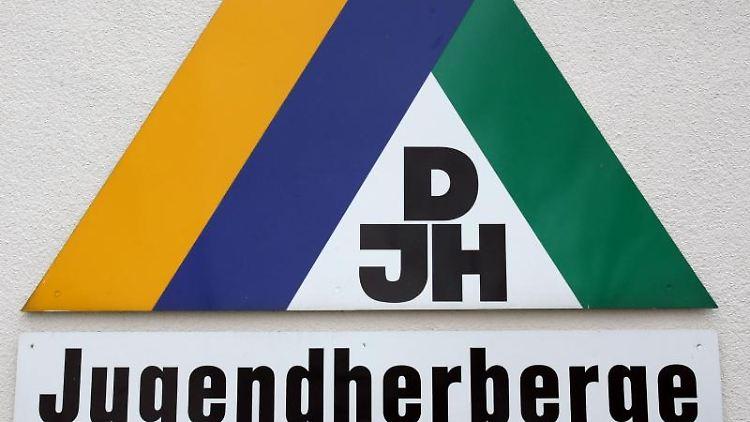 Das Logo des DJH ist zu sehen. Foto: Patrick Seeger/dpa/Archiv