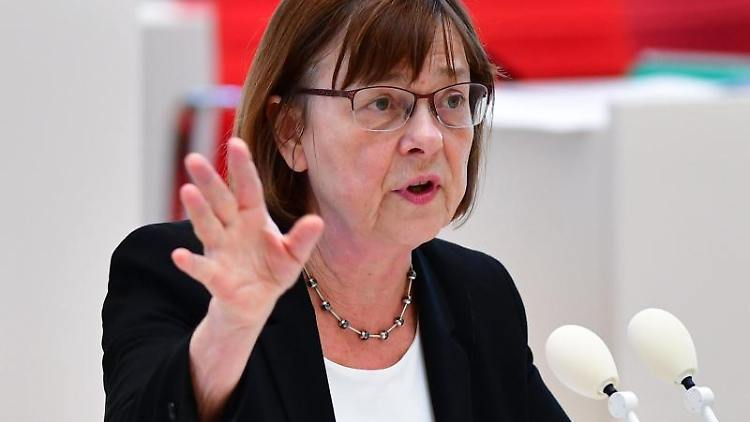 Ursula Nonnemacher (Bündnis 90/Die Grünen), Gesundheitsministerin, gestikuliert. Foto: Soeren Stache/dpa-Zentralbild/dpa
