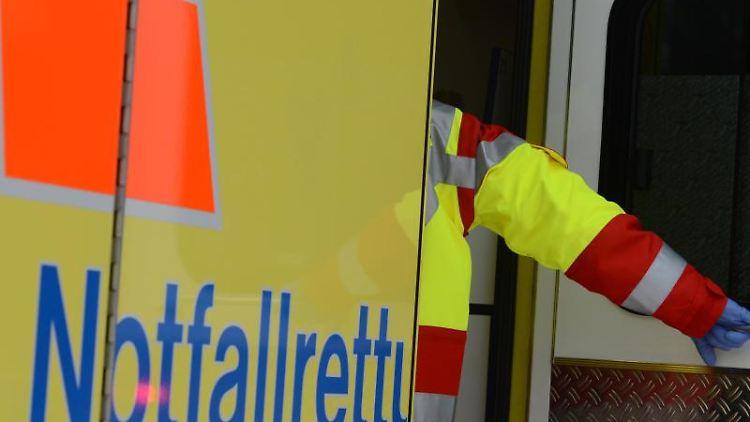 Ein Rettungsassistent steigt in einen Rettungswagen. Foto: Jens Kalaene/zb/dpa/Archivbild