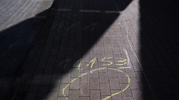 Spuren der kriminaltechnischen Ermittlungen am Tatort in Volkmarsen sind zu sehen. Foto: Uwe Zucchi/dpa/Archiv