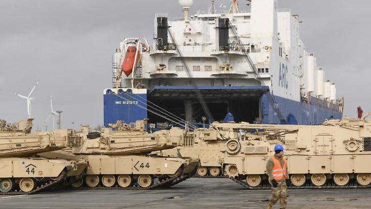 Ketten- und Radfahrzeuge der US Armee werden im Rahmen Großübung