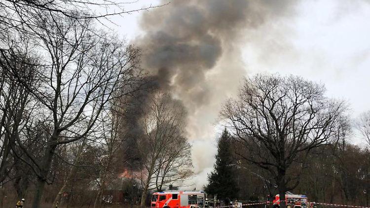 Die Feuerwehr löscht den Brand eines Gebäudes am Volkspark Friedrichshain. Foto: Louis Posern/dpa