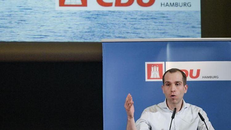 Dennis Thering (CDU), Abgeordneter in der Hamburgischen Bürgerschaft, gibt ein Statement. Foto: Axel Heimken/dpa/Archivbild