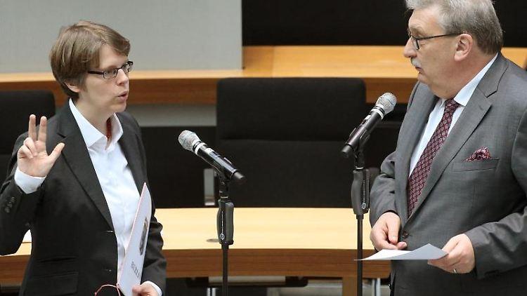 Ulrike Lembke legt vor Ralf Wieland, Parlamentspräsident, den Eid ab. Foto: Wolfgang Kumm/dpa
