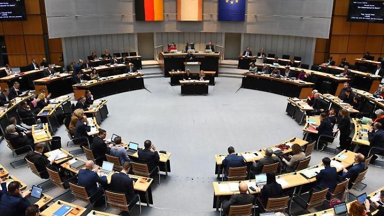 Harald Wolf (Die Linke), spricht bei der 53. Plenarsitzung des Berliner Abgeordnetenhauses. Foto: Sonja Wurtscheid/dpa/Archivbild