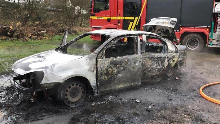 Das Foto der Polizei zeigt einen ausgebrannten Fluchtwagen. Foto: ---/Polizei Krefeld/dpa