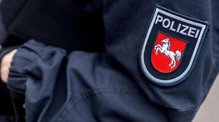 Eine Polizeibeamtin in Uniform ist zu sehen. Foto: Hauke-Christian Dittrich/dpa/Symbolbild