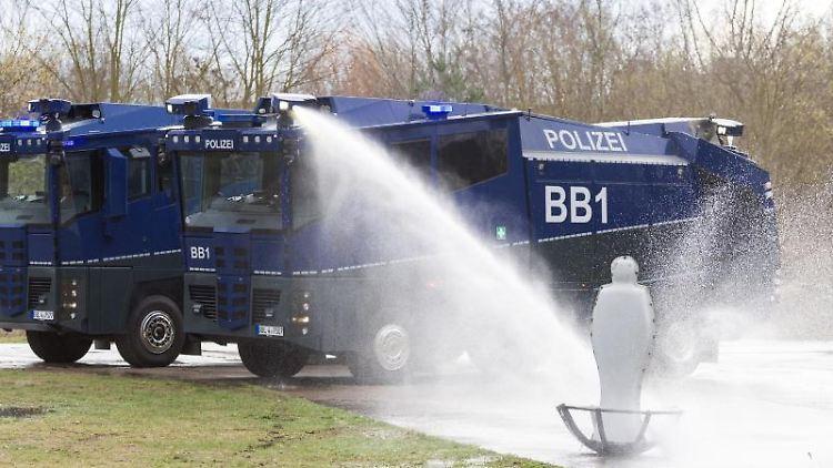 Die beiden neuen Wasserwerfer der Brandenburger Bereitschaftspolizei demonstrieren ihre technischen Möglichkeiten. Foto: Soeren Stache/dpa-Zentralbild/ZB