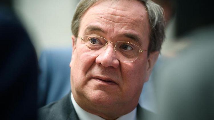 Armin Laschet (CDU), Ministerpräsident von Nordrhein-Westfalen, unterhält sich. Foto: Gregor Fischer/dpa