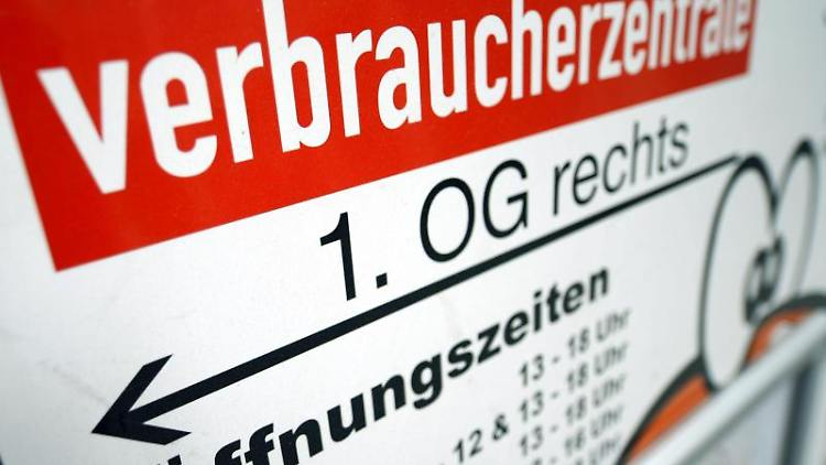 Ein Wegweiser zur Verbraucherzentrale ist zu sehen. Foto: Hendrik Schmidt/dpa-Zentralbild/dpa/Symbolbild