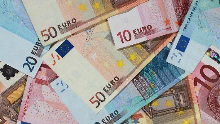 Euro-Banknoten. Foto: Jens Wolf/dpa-Zentralbild/dpa/Symbolbild