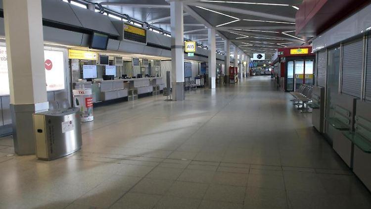 Leere Gänge und Abfertigungsschalter im Terminal des Flughafens Tegel. Foto: Wolfgang Kumm/dpa