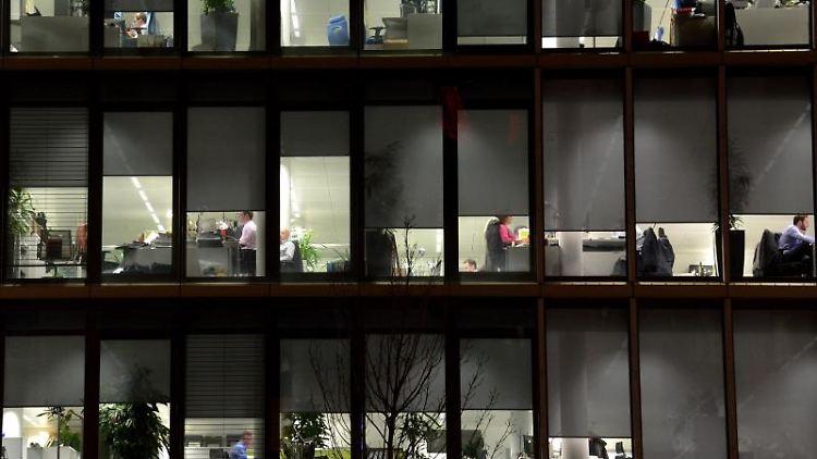 Angestellte arbeiten in Büros. Foto: picture alliance/dpa/Symbolbild