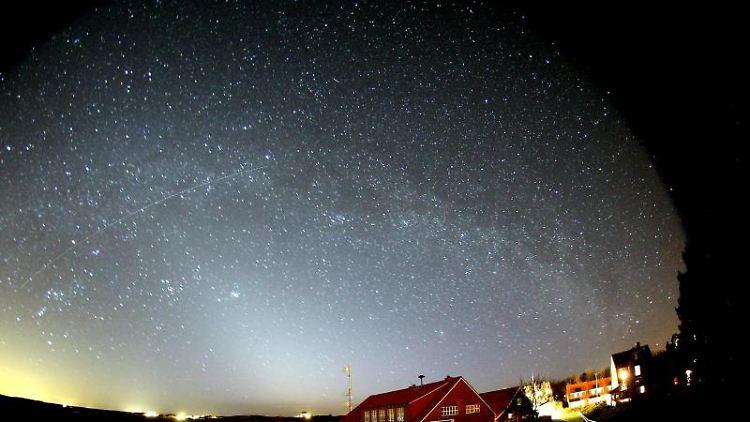 Blick in den Sternenhimmel über Spiekeroog. Foto: --/Andreas Hänel/dpa