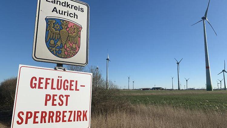 Auf einem Schild unter dem Wappen des Landkreis Aurich steht