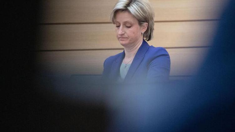Nicole Hoffmeister-Kraut, Wirtschaftsministerin von Baden-Württemberg, sitzt im Landtag. Foto: Marijan Murat/dpa