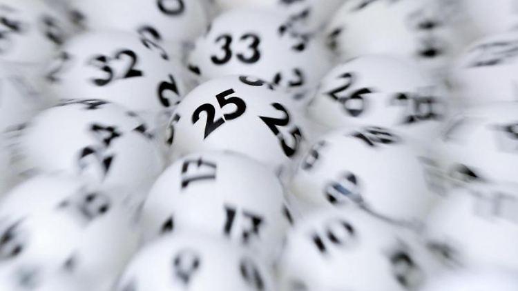 Lottokugeln liegen bereit. Foto: Arne Dedert/dpa