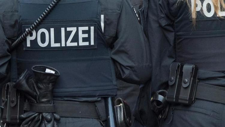 Zwei Polizisten gehen Streife. Foto: Boris Roessler/dpa/Symbolbild