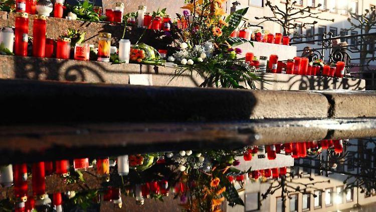 Blumen und Kerzen sind am Marktplatz in Hanau aufgestellt worden. Foto: Nicolas Armer/dpa/Archivbild
