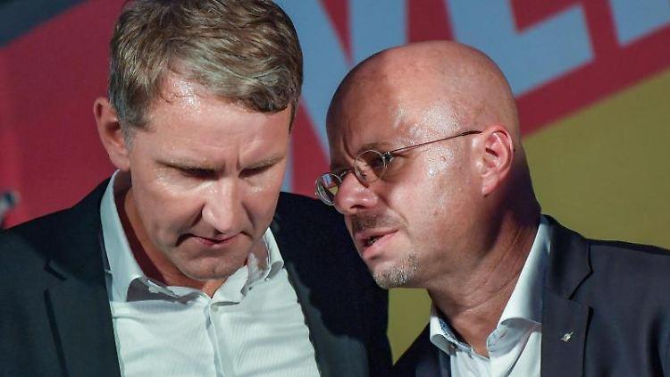 Björn Höcke (l, AfD) und Andreas Kalbitz (AfD) unterhalten sich. Foto: Patrick Pleul/zb/dpa/Archivbild