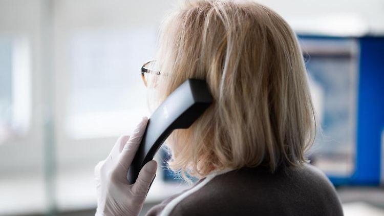 Eine ehrenamtliche Telefonseelsorgerin. Foto: Daniel Reinhardt/dpa/Archivbild