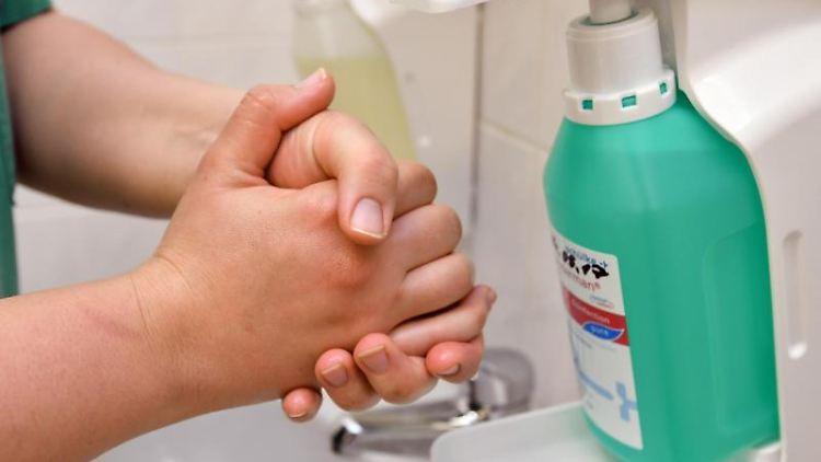 Eine Krankenschwester reinigt sich ihre Hände mit einem Desinfektionsmittel im Kreiskrankenhaus. Foto: Patrick Pleul/dpa-Zentralbild/dpa/Archivbild