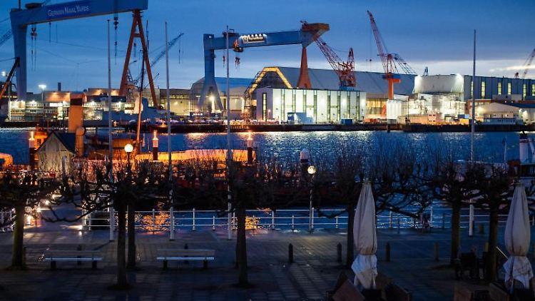 Die Kieler Werften halten trotz der Corona-Pandemie bislang den Produktionsbetrieb ohne Kurzarbeit aufrecht. Foto: Gregor Fischer/dpa/Archivbild