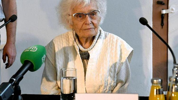 Lisel Heise sitzt während einer Pressekonferenz an einem Tisch und beantwortet die Fragen der Journalisten. Foto: Thomas Stepan/dpa/Archivbild