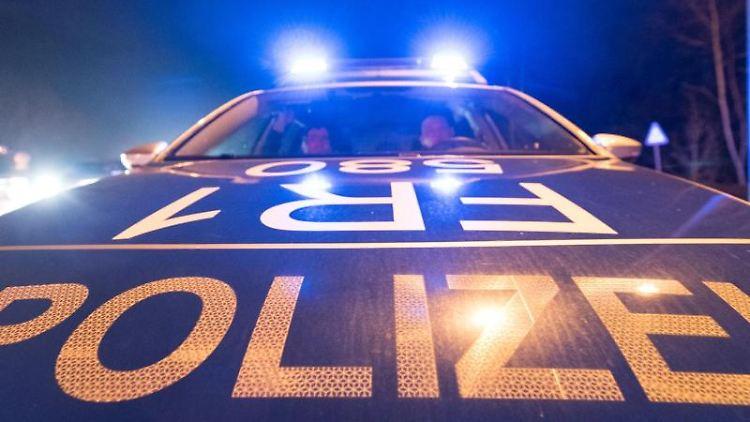 Ein Polizeifahrzeug steht während einer Verkehrskontrolle mit Blaulicht auf der Straße. Foto: Patrick Seeger/dpa/Symbolbild