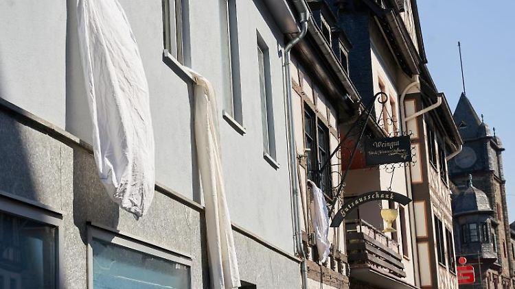 Mit aus dem Fenster gehängten Bettlaken protestieren Anwohner gegen die Schließung der Loreleykliniken. Foto: Thomas Frey/dpa