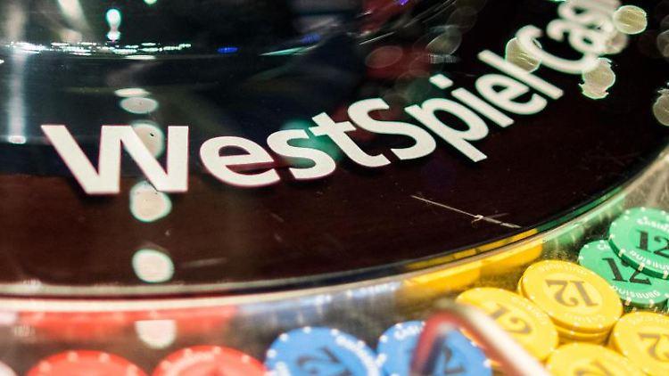 Der Schriftzug des Westspiel Casinos auf einem Roulette Spiel. Foto: Marcel Kusch/dpa/Archivbild